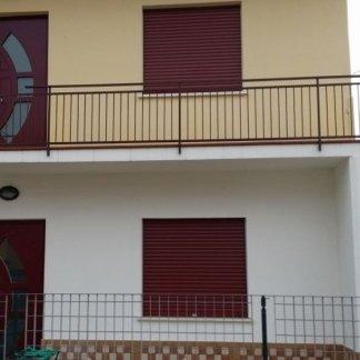 uno stabile bianco e color sabbia con vista dei balconi