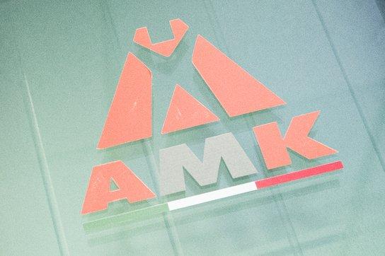 un logo arancione e bianco con scritto AMK e la bandiera italiana