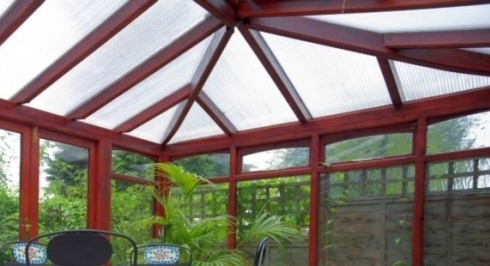 un tetto di una veranda in vetro e pvc bordeaux