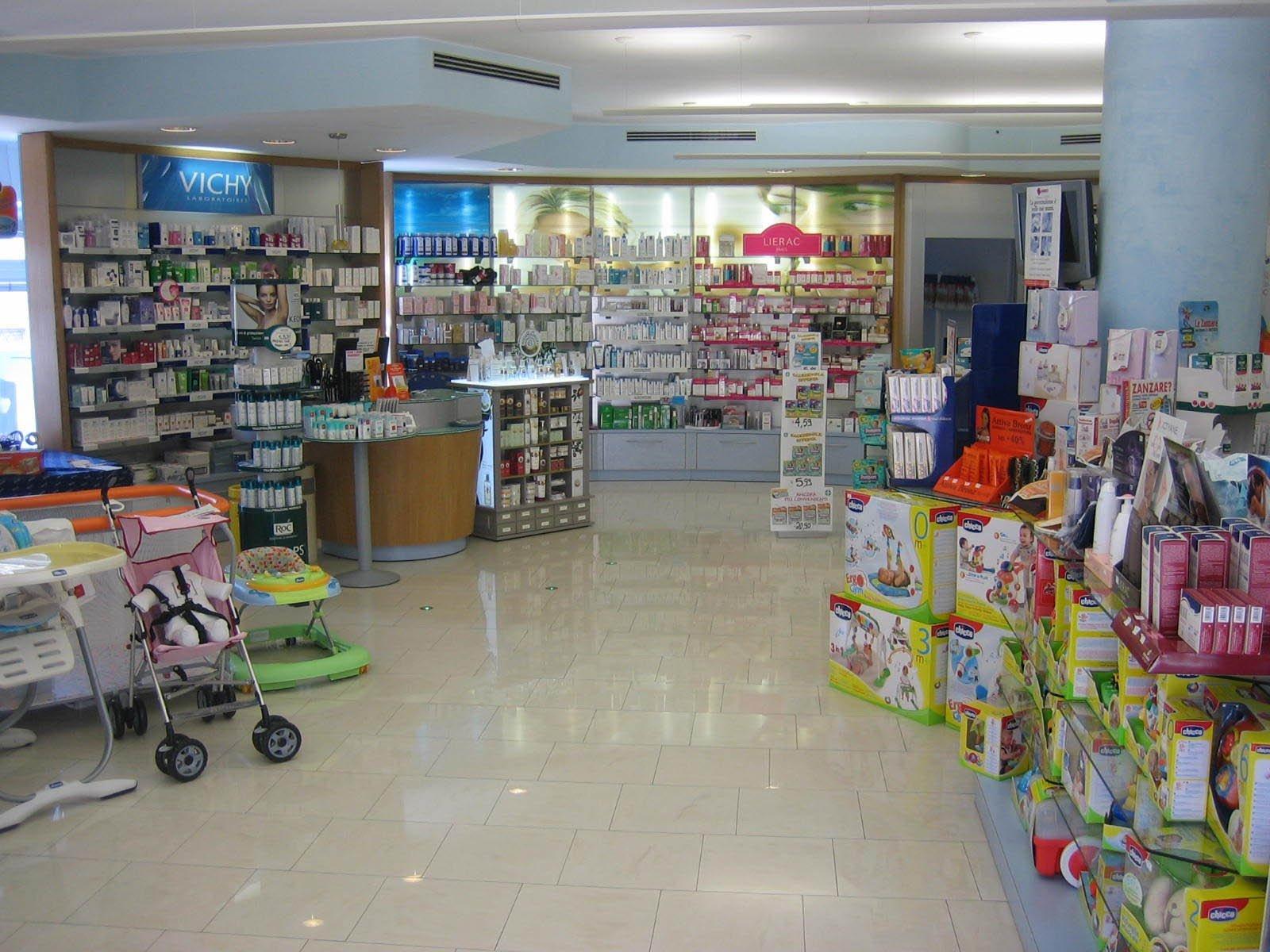 prodotti in esposizione in una farmacia