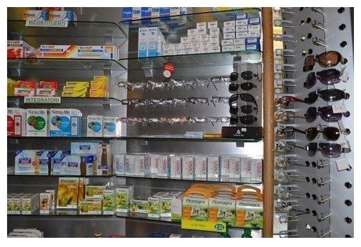 scaffali con esposizione prodotti medicali