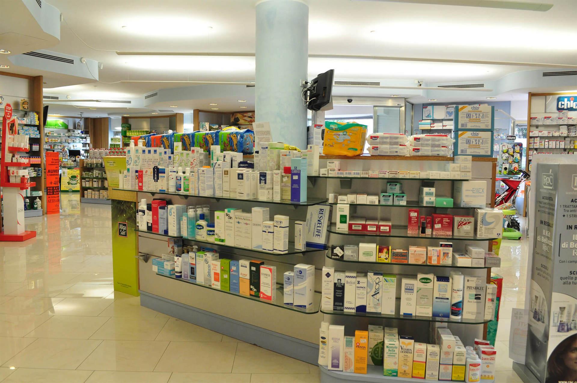 scaffali di una farmacia con prodotti omeopatici