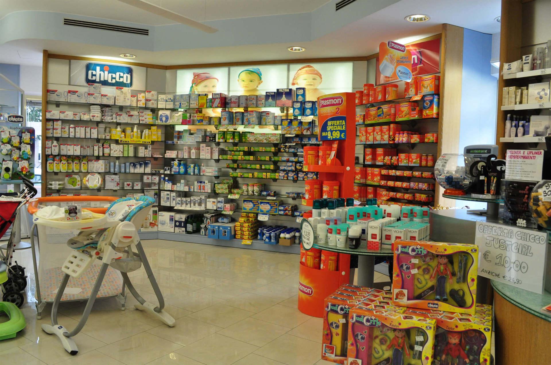 interno di una farmacia con vista degli scaffali con prodotti