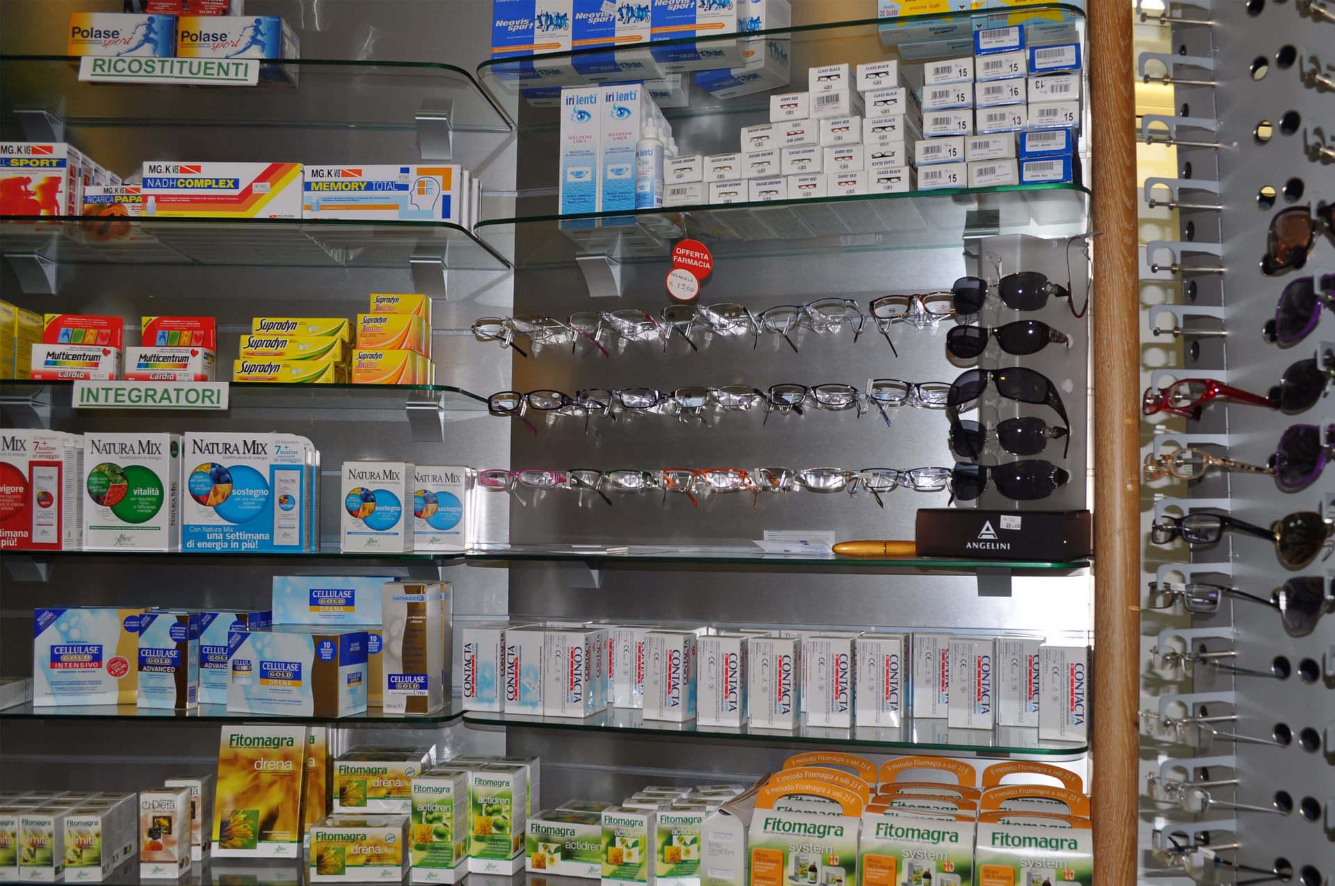 prodotti omeopatici e occhiali nel scaffale di negozio