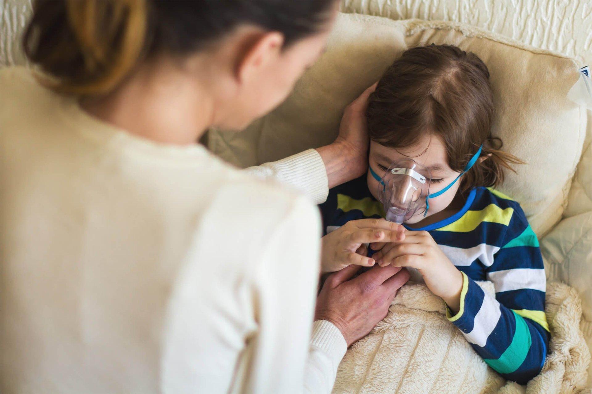 Bambino malato durane una seduta di aerosol