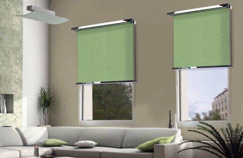 Salon con sofá grigio e tendine avvolgente di colore verde