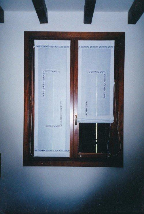 Finestra di legno con tendine ricamati bianche pieghevole