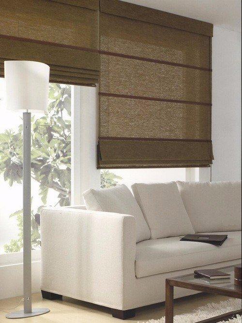 Salon con sofá bianco e due avvolgibile marrone