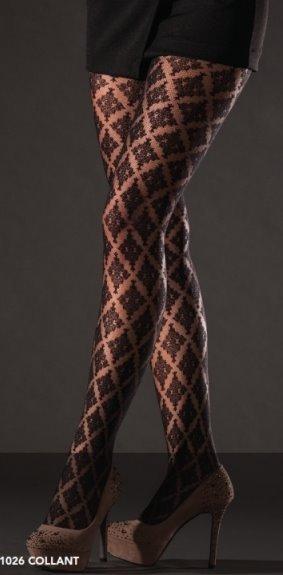 Due gambe di una donna con dei collant marrone a rombo