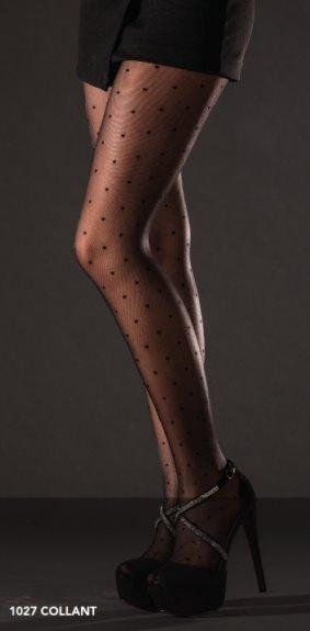 Due gambe di una donna con dei collant nero di punti