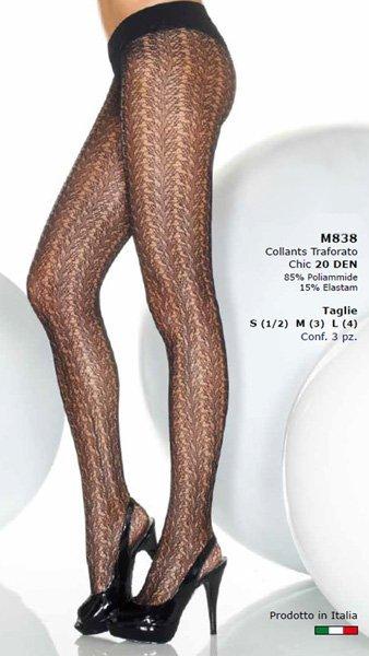Due gambe di una donna con dei collant nero traforato