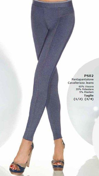 Due gambe di una donna con pantapantalone cavallerizza jeans