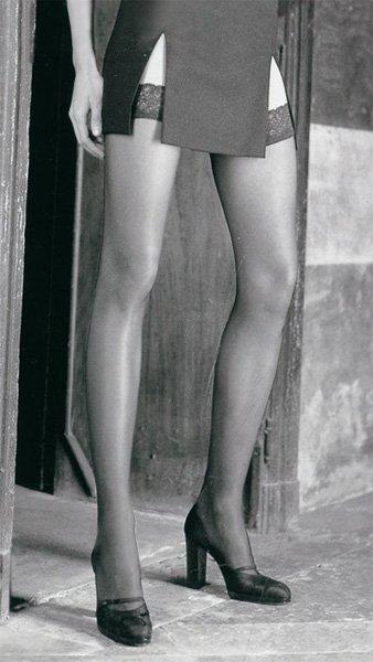 Foto bianco e nero con delle gambe di una donna con dei collant