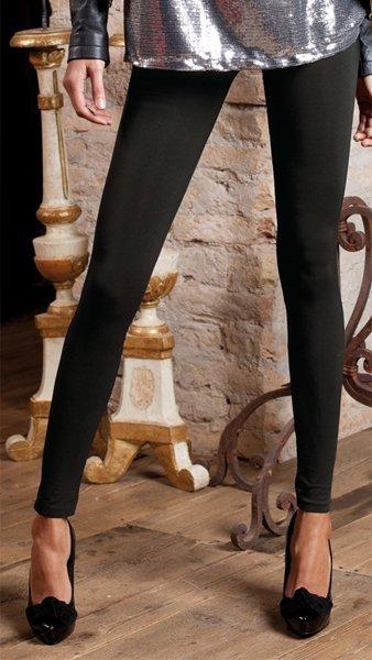 Due gambe di una donna con pantacapri nero