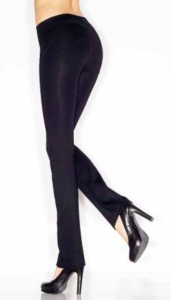 Due gambe di una donna con dei pantapantalone nero