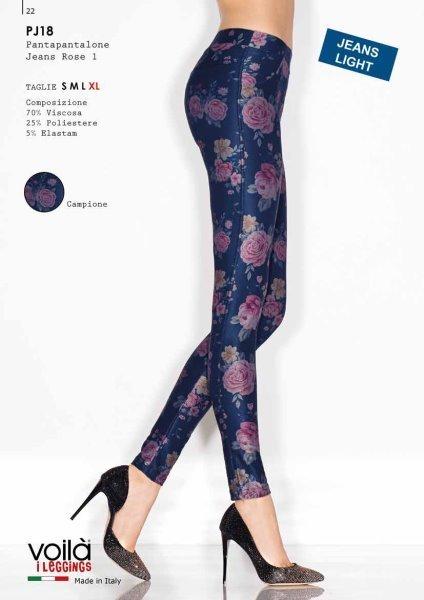 Due gambe di una donna con dei pantapantalone blu con rose rose
