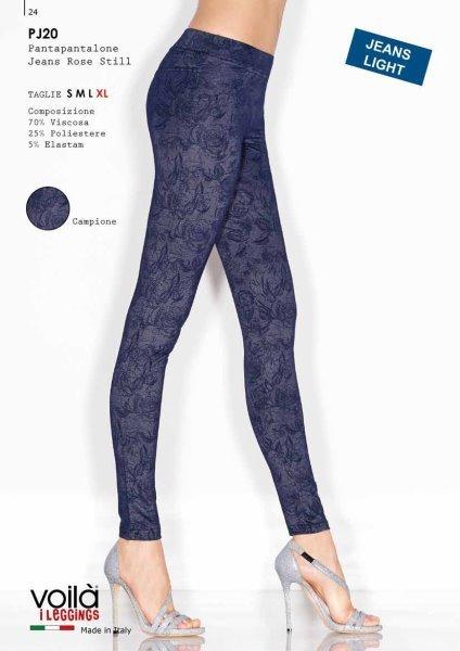 Due gambe di una donna con dei pantapantalone blu con disegno floreal