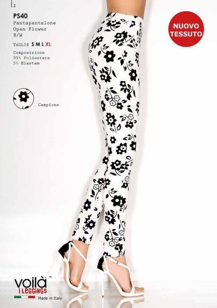 Due gambe di una donna con dei pantapantalon bianco con fiori nere