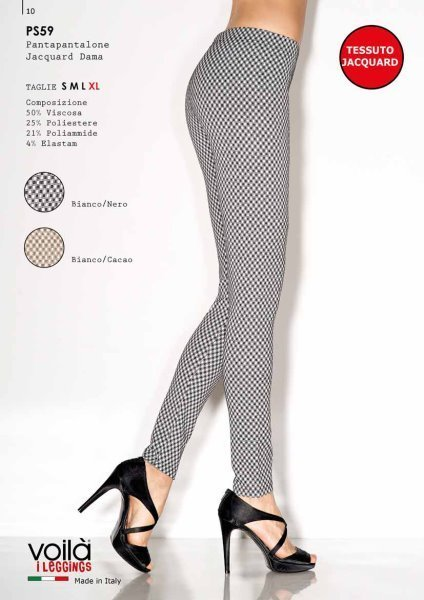Due gambe di una donna con dei pantapantalone in jacquard nero