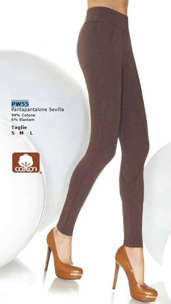 Due gambe di una donna con dei pantapantalone marrone