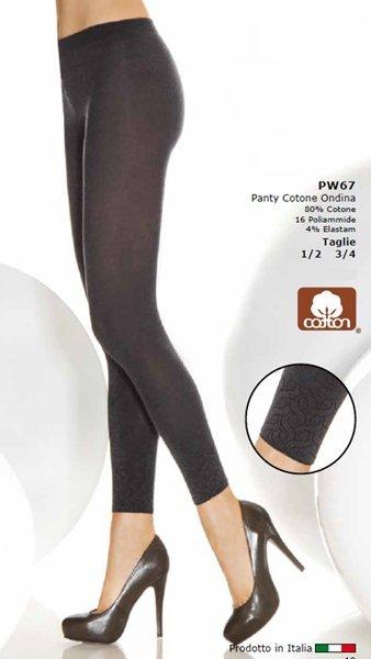 Due gambe di una donna con dei pantapantalone cotone ondina nero