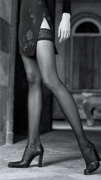 due gambe di una donna con dei collant nero liscio