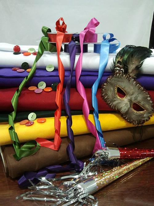 delle stoffe colorate, dei nastri e una maschera di un gufo