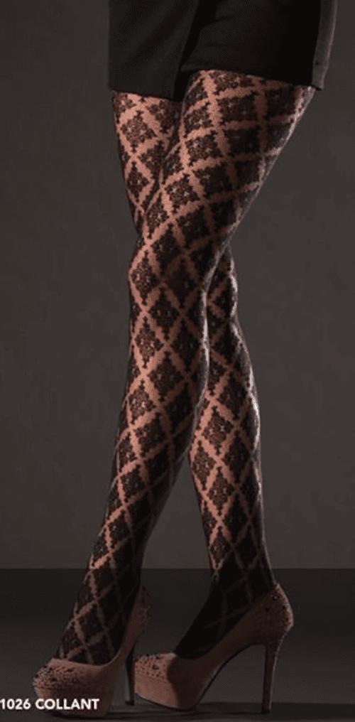 due gambe di una donna con dei collant a disegni neri