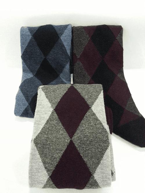 delle calze a rombi di diversi colori