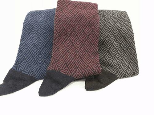 tre paia di calze di color blu, rosso e verde