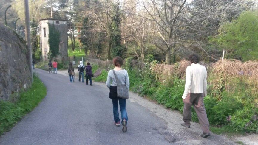persone in cammino nel parco