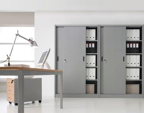 armadi scorrevoli in metallo,  scrivania struttura in metallo con piano in legno, cassettiera in metallo