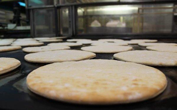 produttore basi per pizza Fase di precottura su pietra