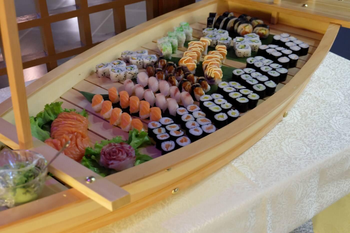 barca con diversi tipi di sushi