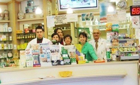 farmacisti dietro il bancone