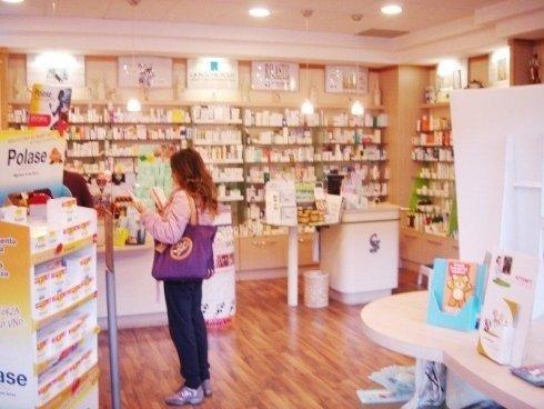 scaffali farmacia con clienti