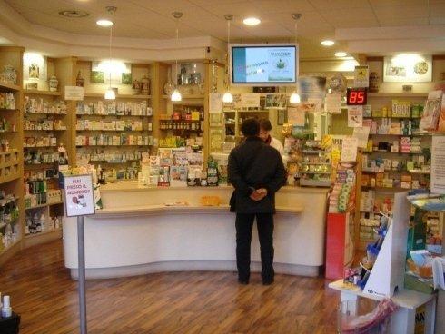 cliente al bancone di una farmacia