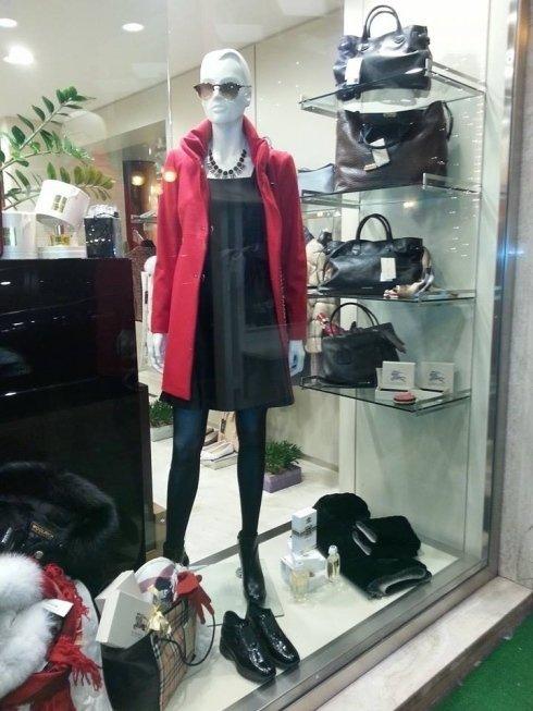 vestitino nero, giacca rossa