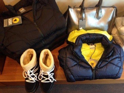piumino corto, calzature sportive