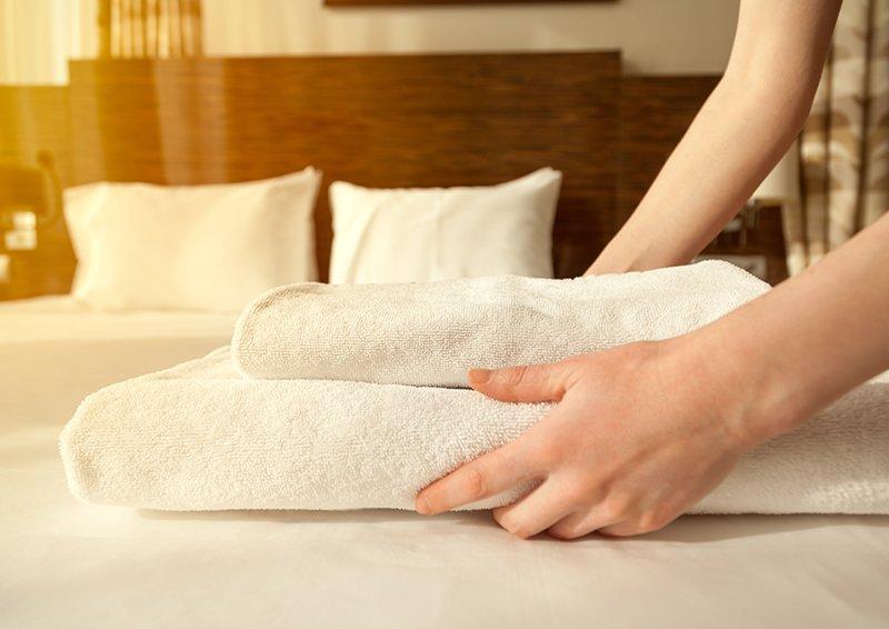 due mani con degli asciugamani piegati