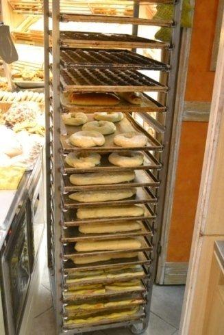 Pane fresco, croccante, appena sfornato.