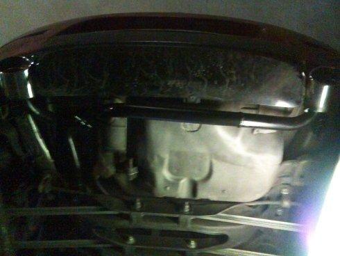 Lo staff esegue interventi di riparazione rapida su autovetture.