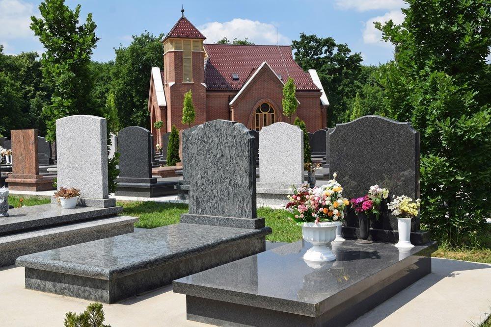 cimitero con chiesa e tombe