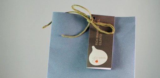 confezione azzurra chiusa con una corda ed etichetta FICHI BIANCHI DEL CILENTO