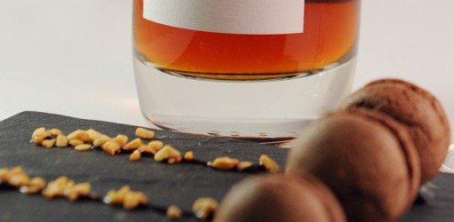 biscottini al cioccolato con bottiglia di vino