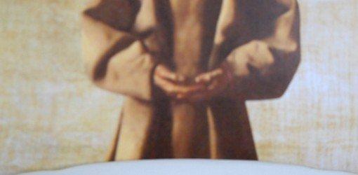 uomo vestito da frate con mani in preghiera