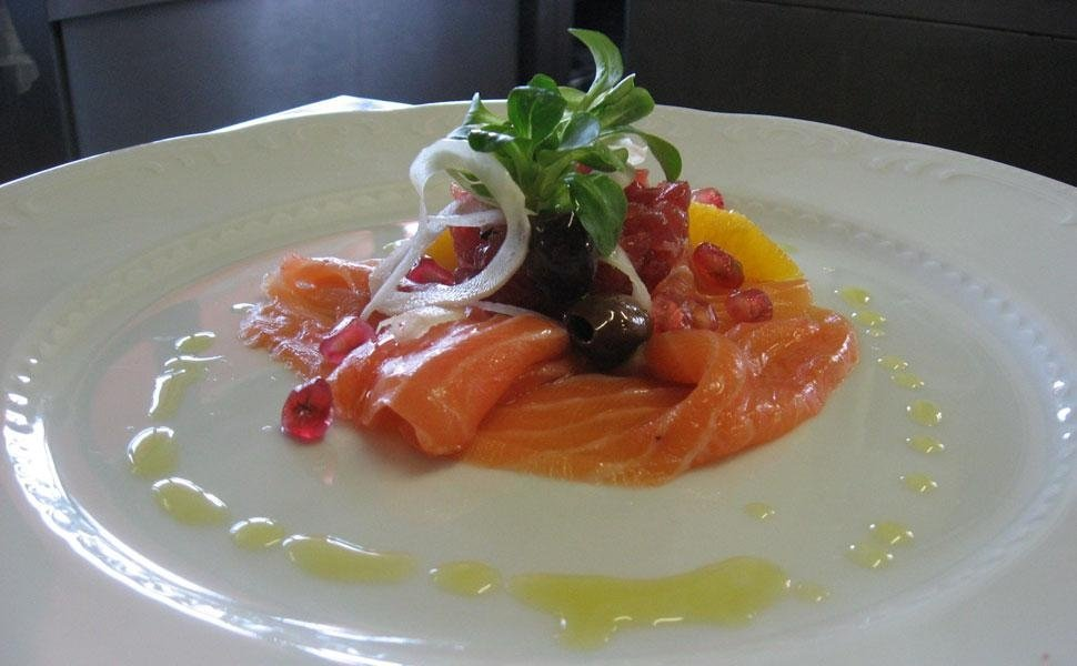 filetti di salmone guarniti con verdure elegantemente impiattato