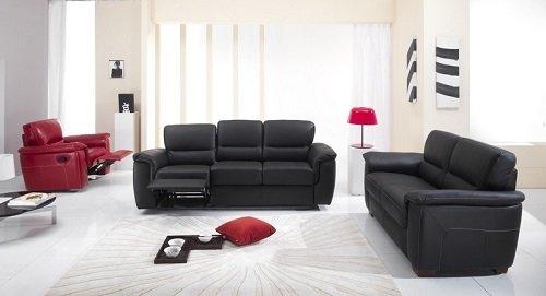 Camera bianca con poltrona rossa estensibile,sofà nero di due piazze e sofà nero di tre posti estensibile
