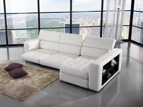 Sofà divano bianco con piccoli scaffali nel laterale