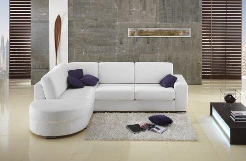 divani a l bianco con cuscini viola in salotto